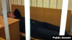 Юрій Луценко лежить у судовій залі, Київ, січень 2012 року (фото з Facebook Володимира Ар'єва)