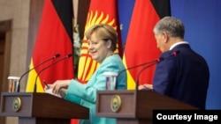 Kancelarja gjermane, Angela Merkel, dhe presidenti i Kirgizisë, Amazbek Atambaev.