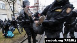 Policija je u subotu u Minsku privela više stotina ljudi.