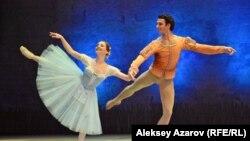 Сцена из балета «Жизель». В партии Жизель – прима Большого театра Евгения Образцова, в партии Альберта – этуаль Парижской национальной оперы Жозуа Хоффальт. Алматы, 3 февраля 2017 года.