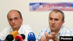 Армения – Представители организации «В защиту прав потребителей» (справа) и Министерства сельского хозяйства (слева) на пресс-конференции. Ереван, 24 июня 2010 г.