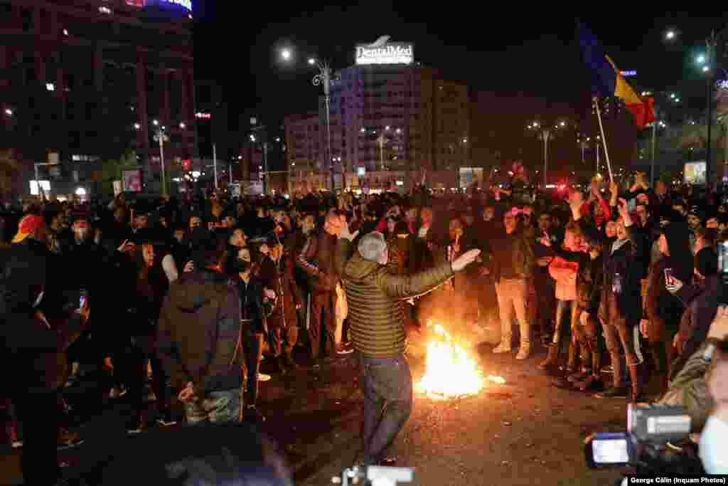 Jandarmeria a anunțat că participanții la protest vor fi identificați și amendați pentru nepurtarea măștii, pentru că au participat la un protest neautorizat și pentru că au fost pe stradă după ora 22.00.