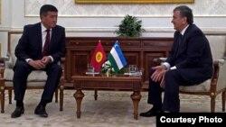 Глава правительства Кыргызстана Сооронбай Жээнбеков и (на тот момент премьер-министр Узбекистана) Шавкат Мирзияев на встрече по случаю похорон первого президента Узбекистана Ислама Каримова. Самарканд, 2 сентября 2016 года.
