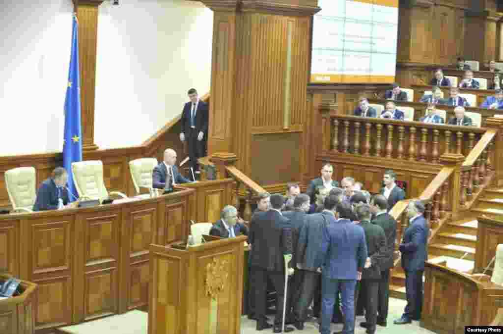 În Parlament... (foto: Constantin Grigoriță)