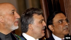 Turkey's President Abdullah Gul (center) with his Afghan and Pakistani counterparts, Hamid Karzai (left) and Asif Ali Zardari in Istanbul.
