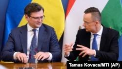 Міністр закордонних справ України Дмитро Кулеба (ліворуч) і міністр зовнішньої економіки і закордонних справ Угорщини Петер Сійярто. Будапешт, 29 травня 2020 року
