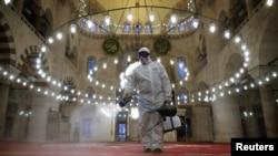 Një punëtor duke dezinfektuar Xhaminë e Kiliç Ali Pashës në Stamboll.