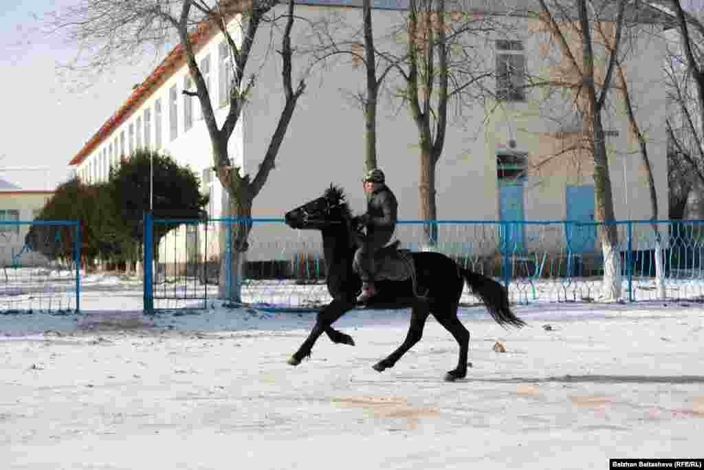 Житель села Таукаратурык скачет на коне.