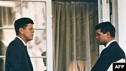Џон Кенеди и неговиот брат Роберт Кенеди