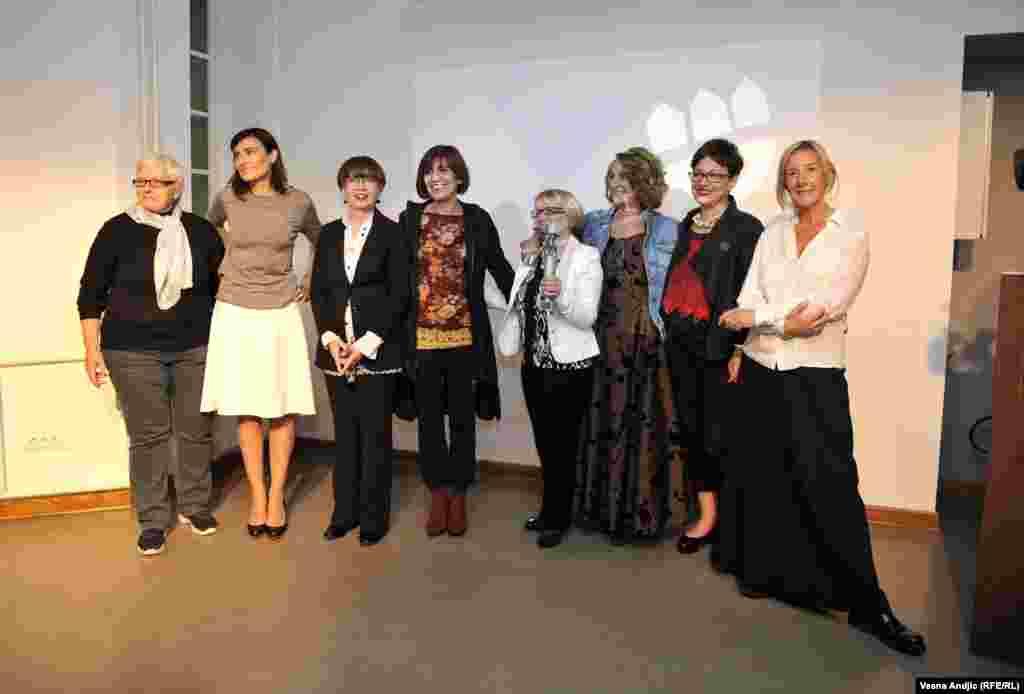 Sleva nadesno: Srbijanka Turajlić, Biljana Srbljanović, Lila Radonjić, Danica Vučenić, Ljiljana Spasić, Aida Ćorović, Dubravka Stojanović, Olja Bećković