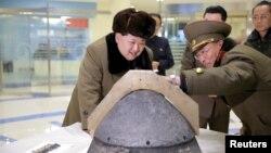رهبر کره شمالی در حال بازدید از ستاد فرماندهی راهبردی؛ مارس ۲۰۱۶