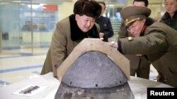 Лидер КНДР Ким Чен Ын осматривает боеголовку после испытания баллистической ракеты