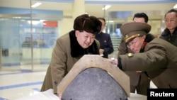 Лидер Северной Кореи Ким Чен Ын осматривает боеголовку после испытания баллистической ракеты.