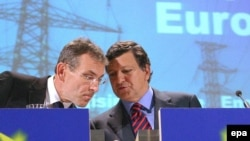 European Commission President Barroso (right) and Energy Commissioner Andris Piebalgs