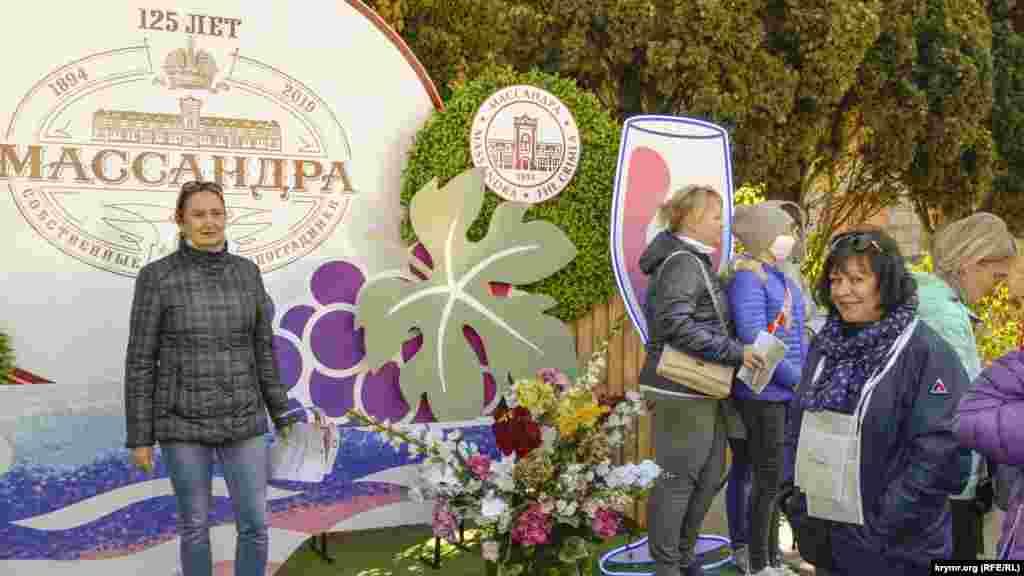 Сразу у входа на площадь винзавода гостей встречали разные фотозоны – как самой «Массандры», так и других крымских виноделов