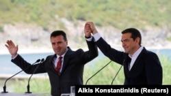 Premijer Makedonije Zoran Zaev (L) i Grčke Aleksis Cipras (D) na potpisivanju Sporazuma iz Prespe.