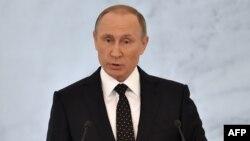 Владимир Путин Федералдық кеңес алдында ресейліктерге жолдауын оқып тұр. Мәскеу, 3 желтоқсан 2015 жыл.