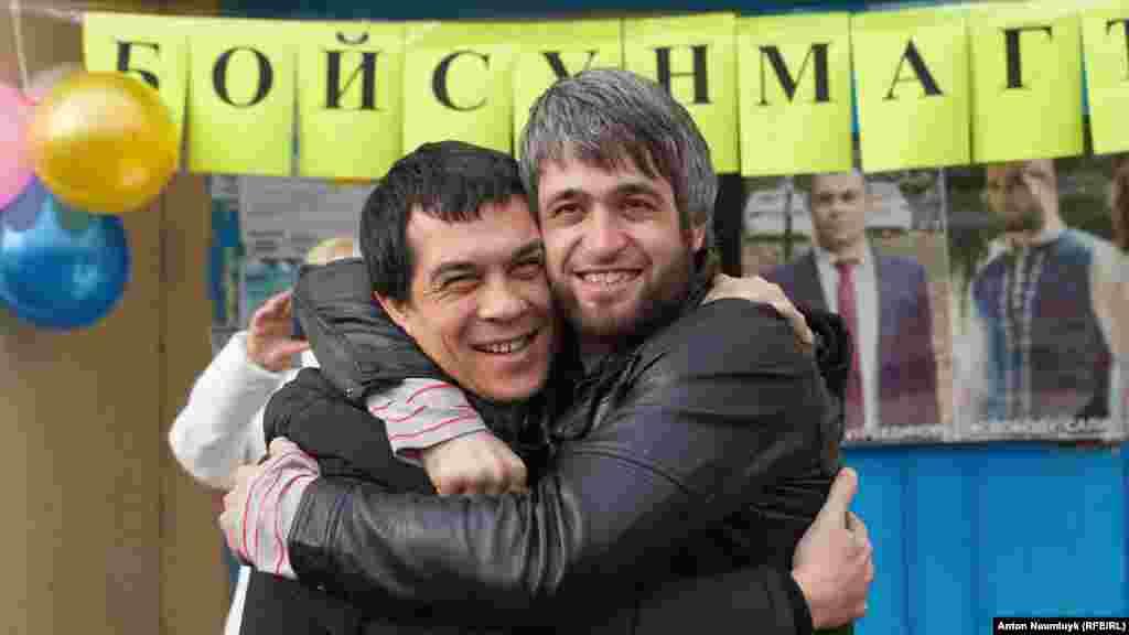 Кримський активіст Сейран Салієв, заарештований 26 січня в Бахчисараї за поширення екстремістських матеріалів, вийшов на свободу. Зустріч із адвокатом Емілем Курбедіновим, 7 лютого 2017 року