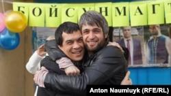 Освобожденного активиста Сейрана Салиева в Бахчисараее встречает его адвокат Эмиль Курбединов, тоже недавно отсидевший по административному делу, 7 февраля 2017 года