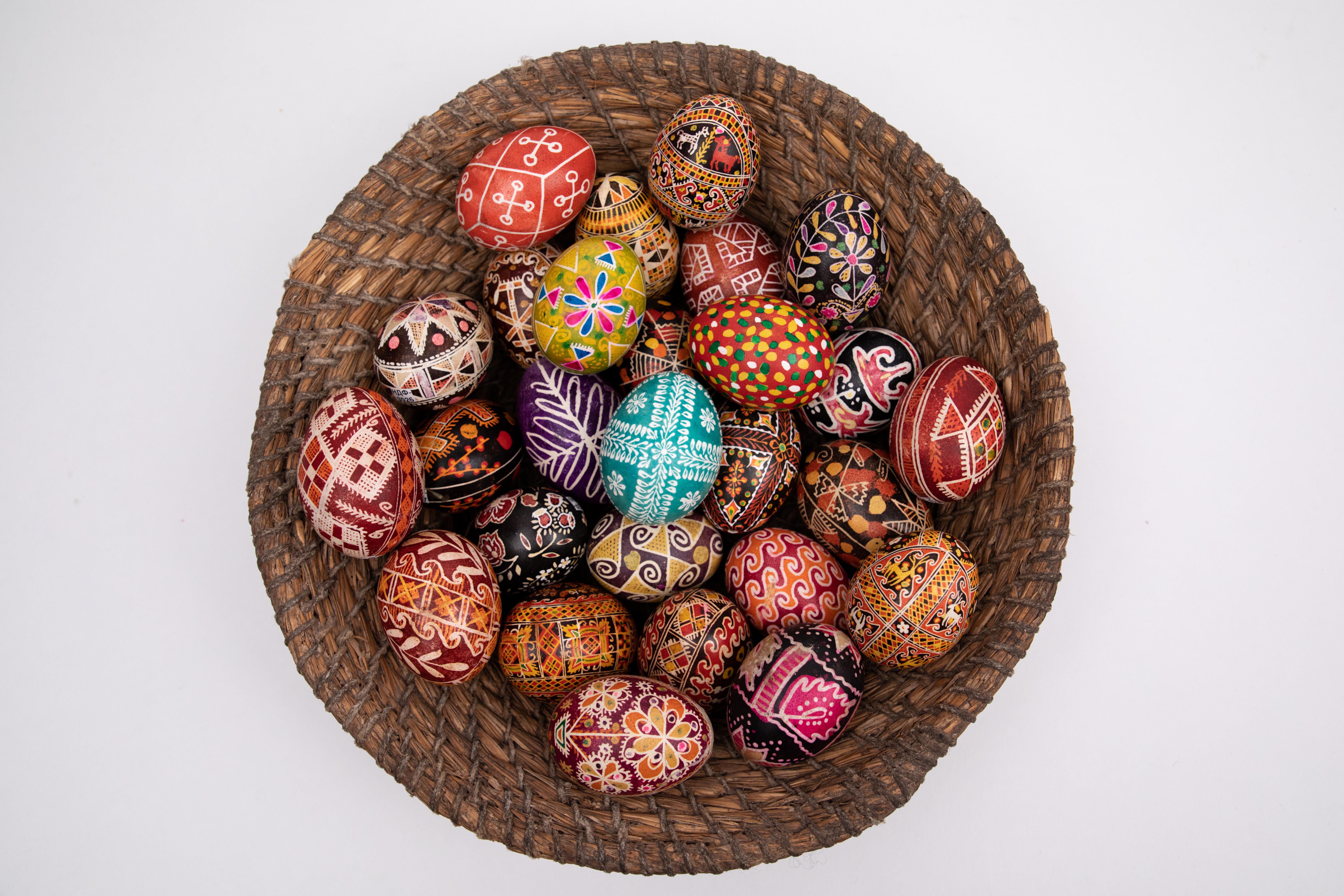 Обрядовий атрибут Великодніх свят, який розписували на сирому яйці традиційними символами за допомогою спеціального інструмента, воску, фарб та вогню.