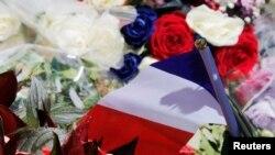 Цветы, возложенные в память о погибших в теракте на Английской набережной.