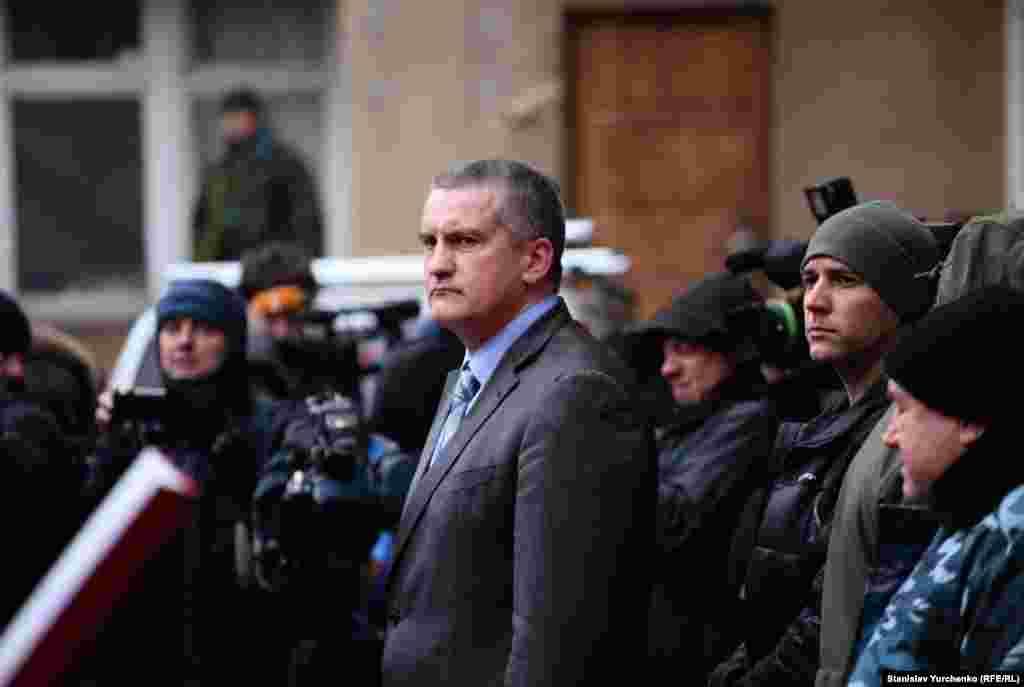Пізніше Аксьонов повідомив, що до складу першого батальйону увійшли близько сотні дружинників полку так званої «Народної оборони Криму».