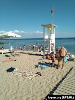 Пляж по вулиці Горького в Євпаторії, липень 2020 року