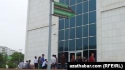 """Пункт обмена валюты в отделении банка рядом с """"Русским базаром"""", Ашхабад (Иллюстративное фото)"""