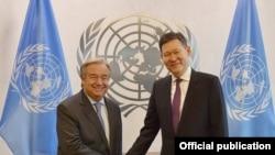 Генеральный секретарь Организации Объединенных Наций Антониу Гуттериш (слева) и постоянный представитель Казахстана при ООН Кайрат Умаров. Нью-Йорк, 9 января 2017 года.