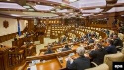 Напівпорожня зала парламенту Молдови 4 січня 2016 року