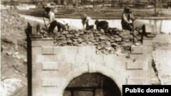 Русиядә мәчетләр берничә тапкыр күпләп юк ителүгә дучар була. 1742 елгы фәрманнан соң әлеге вәхшилекне тасвирлаучы сурәтләр юк. Әлеге фото 1936 елда большевикларның мәчет җимерүләрен тасвирлый.