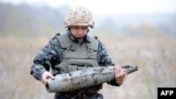 Один из украинских военных в ходе работ по разминированию территории вблизи порта Мариуполь