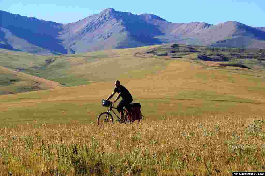 Турист из Польши Януш путешествует на велосипеде. Увидеть телескоп ему не удалось. Он сказал, что заночевал недалеко от обсерватории