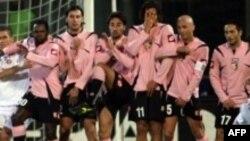 «Palermo» müdafiəçiləri rəqibin cərimə zərbəsinin qarşısını alırlar, 9 dekabr 2006.