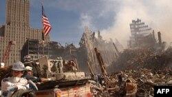 В один из дней поисково-спасательных работ в Нью-Йорке после разрушения башен-близнецов Всемирного торгового центра