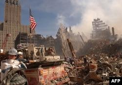 Рятувальники шукають вцілілих під уламками будівлі Всесвітнього торгового центру після терактів 11 вересня 2001 року