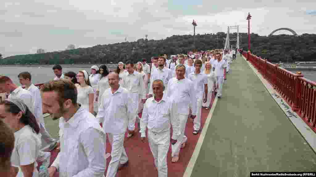 Символічна хода від пам'ятника Магдебурзькому праву через Пішохідний міст на Труханів острів, де і відбулося Святе хрещення у водах Дніпра