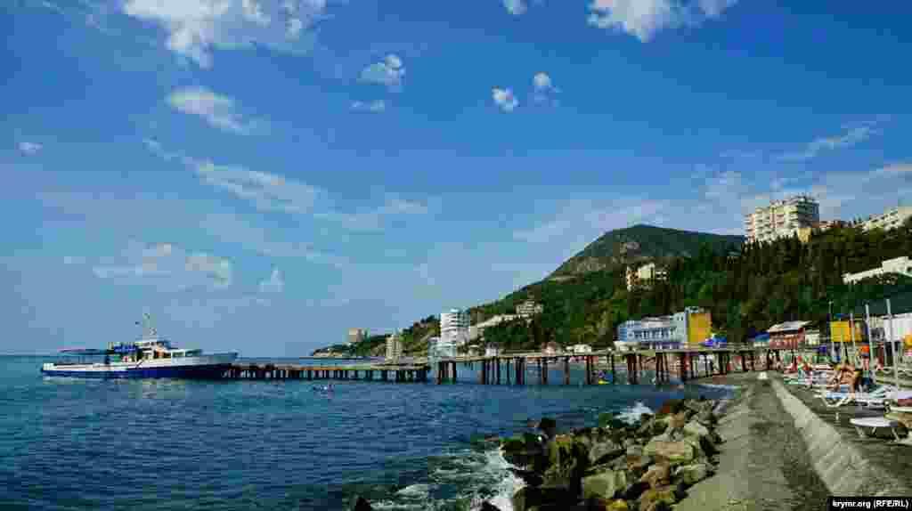 Унікальність місцевості в тому, що з узбережжя відкривається вид на вулканічний масив – гору Кастель.