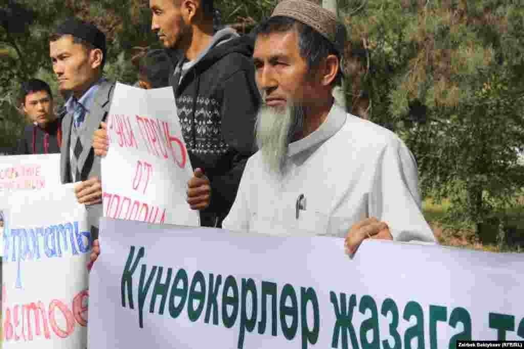 """В Бишкеке у посольства США в КР прошла акция протеста против фильма """"Невинность мусульман"""""""