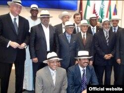 رستم قاسمی (ردیف وسط، نفر دوم از سمت چپ) در اجلاس سران اوپک در وین- ۲۳ آذرماه