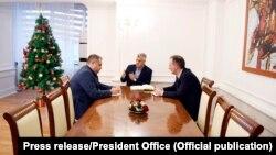 Presidenti Hashim Thaçi gjatë një takimi me bashkëkryesuesit e Ekipit negociator, Shpend Ahmeti dhe Fatmir Limaj.