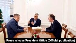 Bashkëkryesuesit e Ekipit negociator, Shpend Ahmeti dhe Fatmir Limaj gjatë një takimi me presidentin e Kosovës, Hashim Thaçi.