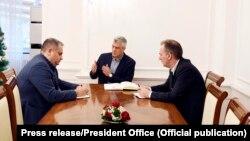 Bashkëkryesuesit e Ekipit negociator, Shpend Ahmeti dhe Fatmir Limaj, gjatë një takimi me presidentin, Hashim Thaçi. Fotografi nga arkivi.