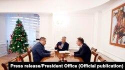 Presidenti Hashim Thaçi, dhe bashkëkryesuesit e Ekipit negociator Fatmir Limaj dhe Shpend Ahmeti (Foto nga arkivi).
