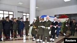В Анкаре гроб с телом убитого российского пилота выносят в сопровождении турецкого почетного караула