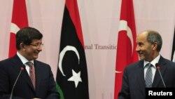 وزير الخارجية التركي أحمد داودأوغلو (يسار) في مؤتمر صحفي مشترك ببنغازي مع رئيس المجلس الإنتقالي الليبي مصطفى عبد الجليل