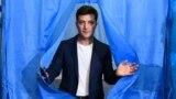 Украина президенттігіне кандидат Владимир Зеленский дауыс берген сәт. Киев, 21 сәуір 2019 жыл.