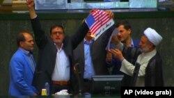 تعدادی از نمایندگان اصولگرای مجلس در حال آتش زدن پرچم آمریکا
