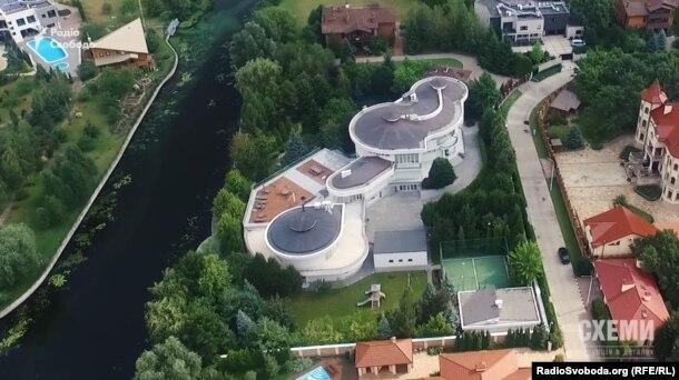 Ця земельна ділянка на березі річки під Києвом, імовірно, належить дружині Ігоря Палиці