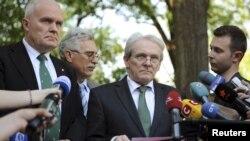 """Врачи берлинской клиники """"Шарите"""" Карл Макс Айнхойпл (второй справа) и Норберт Хаас после встречи с Тимошенко в пятницу"""